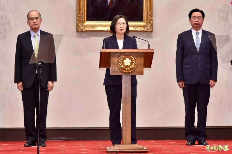 台灣與南太國家索羅門群島斷交,總統蔡英文(中)也強調絕不受中共金錢外交脅迫。(記者塗建榮攝)