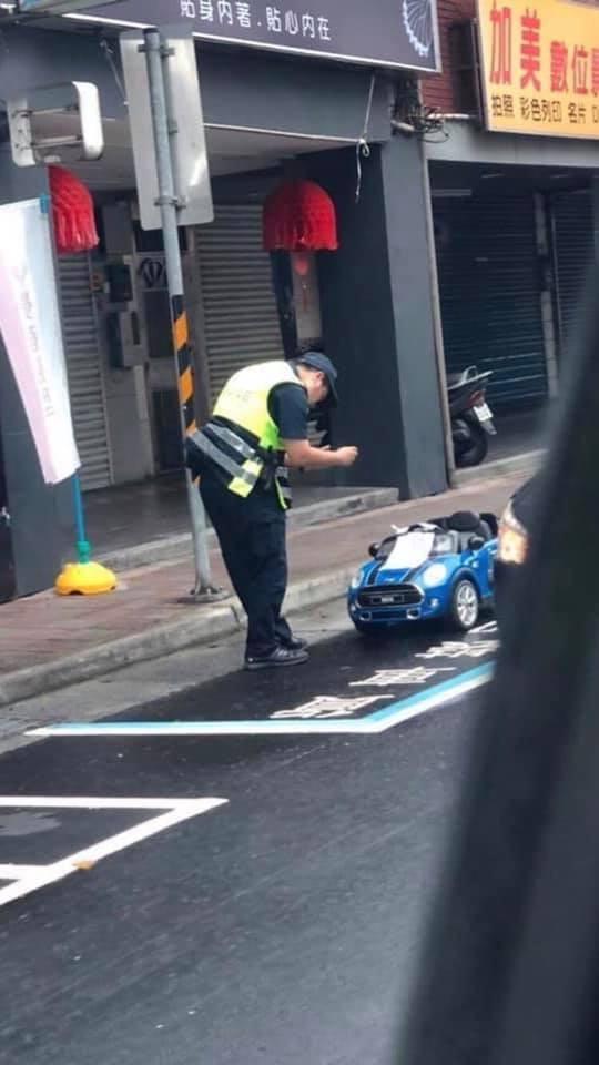「玩具電動車」違規停在貨車卸貨區,竟真的引來稱職警察前來開單取締。(圖擷取自「爆廢公社」臉書社團)