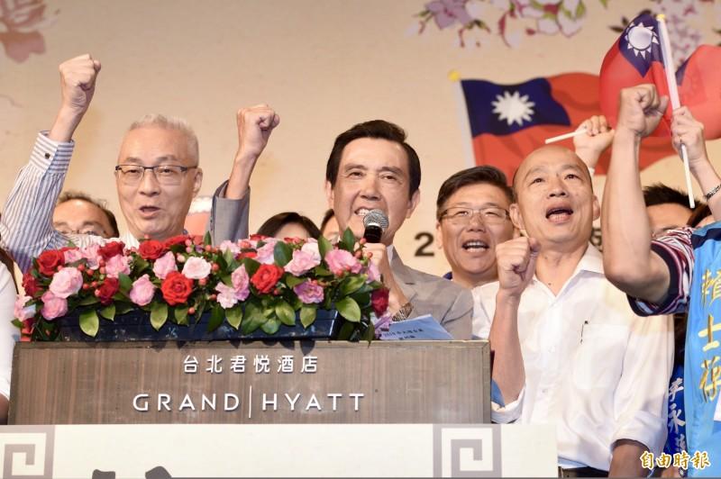 國民黨主席吳敦義(左)、國民黨總統參選人韓國瑜(右)與前總統馬英九(中)。(資料照)