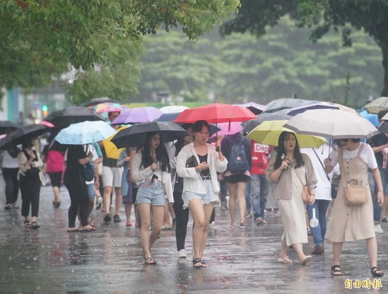 明(17)日天氣與今(16)日類似、早晚涼爽,雖因水氣較少,看見陽光機率較今日多,但各地還是有雨。(資料照,記者黃志源攝)
