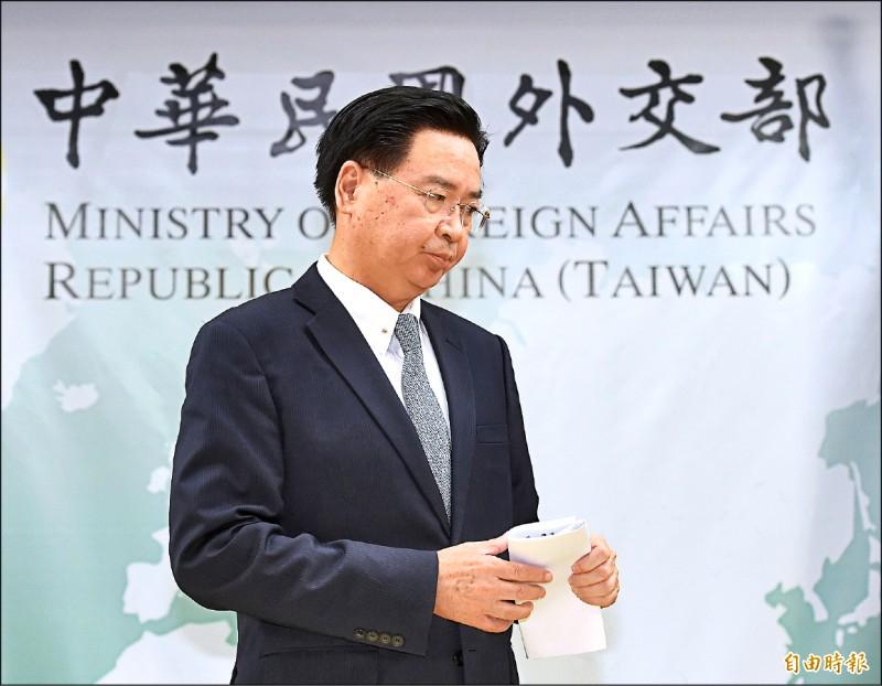 外交部長吳釗燮16日晚間召開記者會,宣布與索羅門斷交。(記者朱沛雄攝)