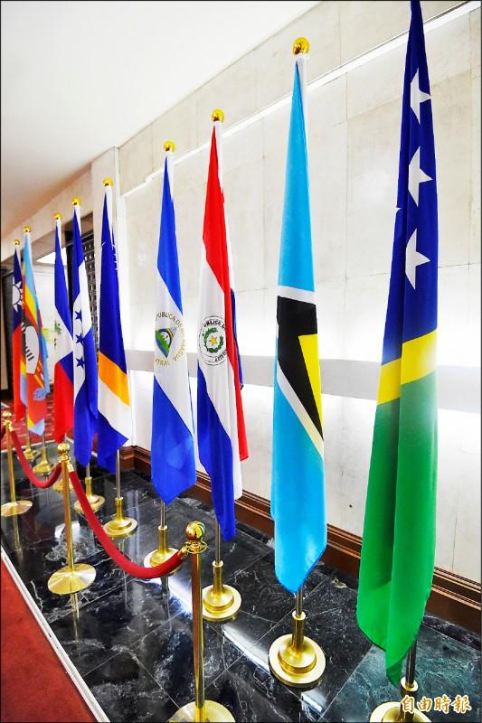 外交部長吳釗燮16日晚間召開記者會,宣布與索羅門斷交,索國國旗在記者會前還陳列在外交部大廳(右),會後就遭撤除。(記者朱沛雄攝)