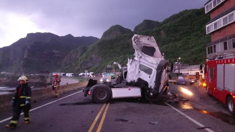 台2線砂石車翻覆 駕駛骨折全身傷