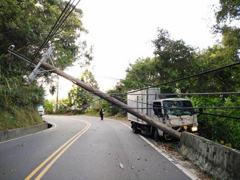 台14甲1.5K處大貨車撞倒電桿,交通管制中,也造成局部停電。(仁愛鄉公所提供)