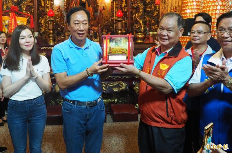 郭台銘(左2)八月到南投縣拜會,受到熱烈歡迎,投縣仍有一群郭粉要勸他參選。(記者陳鳳麗攝)