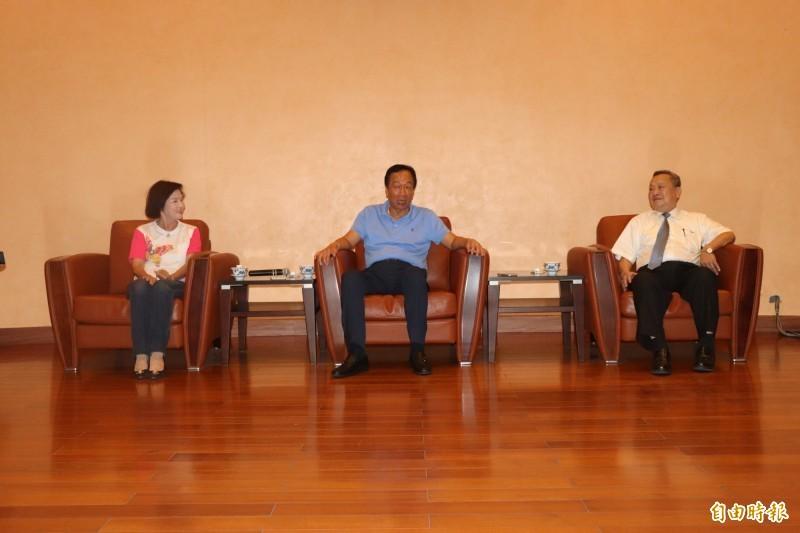 鴻海創辦人郭台銘今年7月10日到宜蘭縣議會拜會縣長林姿妙及議長張建榮。(記者張議晨攝)