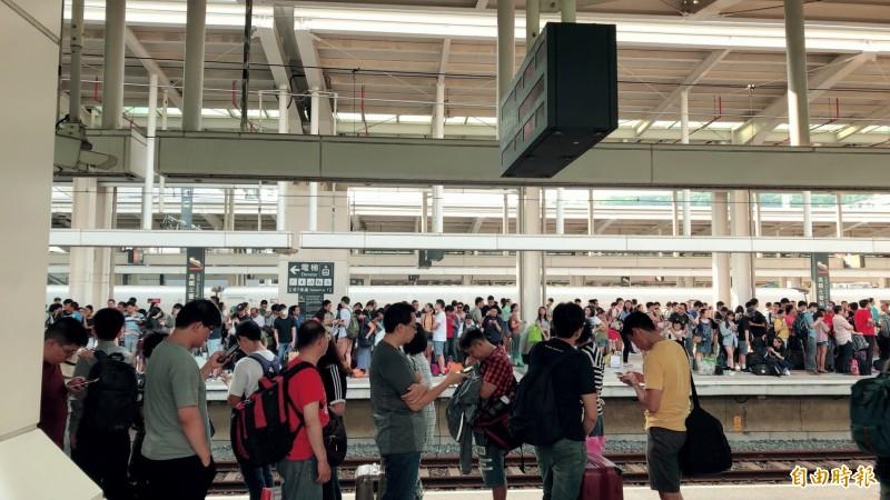 9月15日中秋收假日,高鐵左營站下午湧現搭車人龍。(記者蕭玗欣攝)