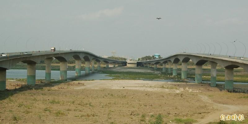 高屏大橋擁有欣賞國慶煙火秀的絕佳視野。(記者李立法攝)