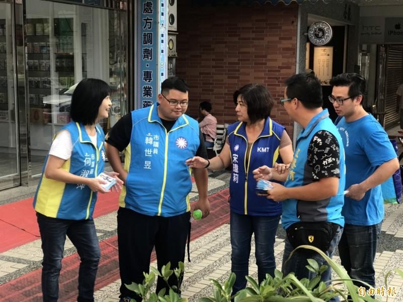國民黨基隆立委參選人宋瑋莉(中)昨天開始在黨籍議員陪同下,展開基層掃街拜票,爭取選民支持。(記者俞肇福攝)