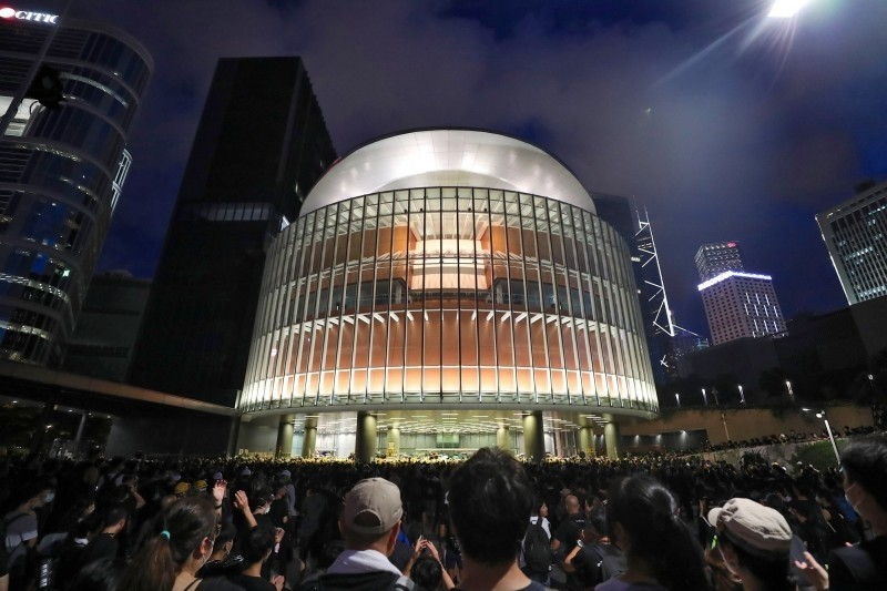 7月時傳出有30餘名攻佔立法會的香港學生與青年來台尋求政治庇護,由於9月份各大專院校已經陸續開學,據了解,部分來台的港生與港青已接受我政府協助,安排其銜接入學,目前正在進行審查作業中。圖為立法會大樓周邊。(歐新社檔案照)