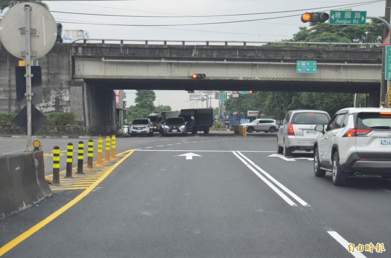 屏東市大溪路、堤防路與台一線路口,雙向車道嚴重偏離,車流量大,交通事故頻率頗高,應設法改善。(記者李立法攝)