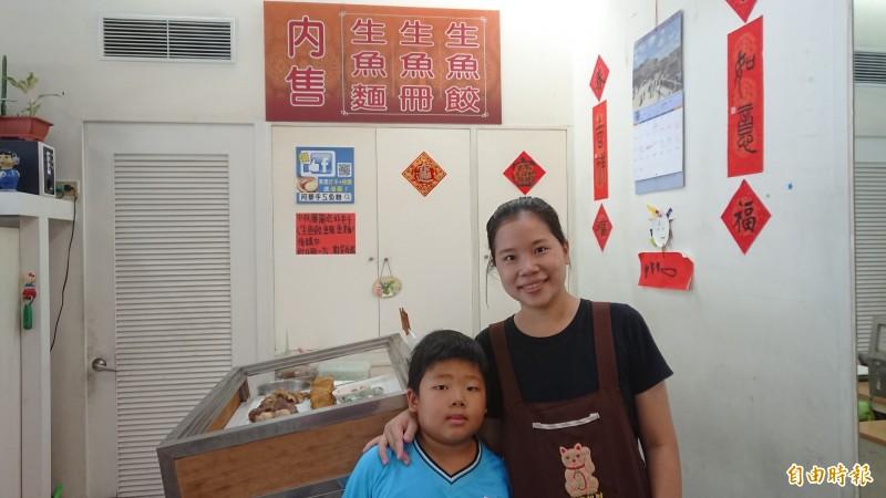 顏秋華顧店,有寶貝兒子來相伴,為家庭打拚動力來源。(記者洪瑞琴攝)