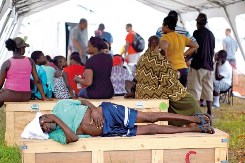 颶風多利安的狂風暴雨重創巴哈馬,上萬房舍慘遭摧毀,災民流離失所,等待重生。(美聯社)