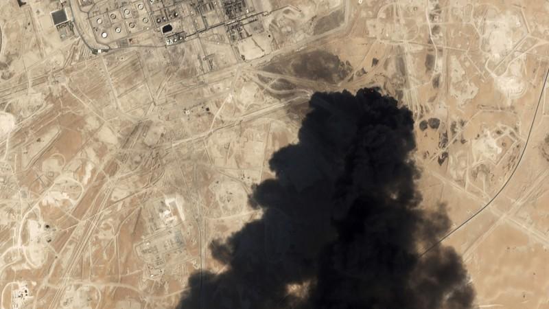 沙烏地阿拉伯阿布蓋格(Abqaiq)與胡賴斯(Khurais)2處石油設施於當地時間14日遇襲,圖為阿布蓋格油廠事發時的衛星影像。(美聯社)