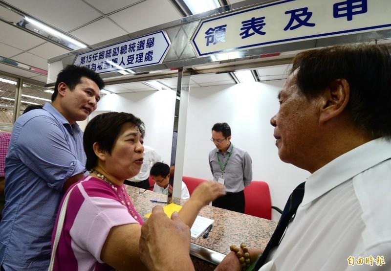 前立委黃文玲(中)今天傍晚到中選會,宣稱要幫台北市長柯文哲領表登記參選總統遭拒。(記者王藝菘攝)