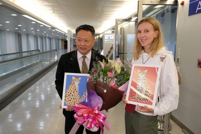卡佳今天上午抵達台灣,觀光局國際組科長曹逸書接機獻花。(讀者提供)