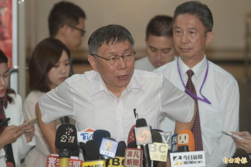 台北市長柯文哲今對鴻海創辦人郭台銘不參與2020總統大選發表聲明,並接受媒體提問。(記者張嘉明攝)