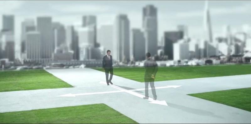片頭一開始出現郭台銘在十字路口上徘徊的場景。(圖擷自郭台銘臉書)