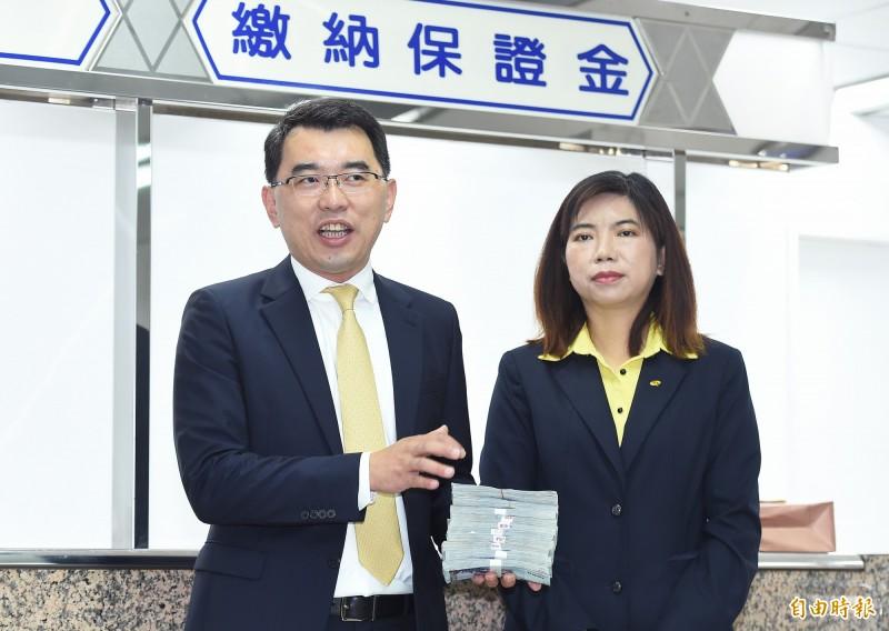 新黨推薦總統參選人楊世光(左)與搭檔陳麗玲(右)17日至中選會,領表登記為總統選舉被連署人,並繳納百萬元保證金。(記者廖振輝攝)