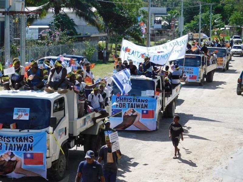 台灣與索羅門斷交,索羅門群島今(17)上午有一場和平遊行,當地居民貼上標語,支持台灣和民主。(圖擷取自臉書粉專「I am from Honiara, Solomon Islands」)
