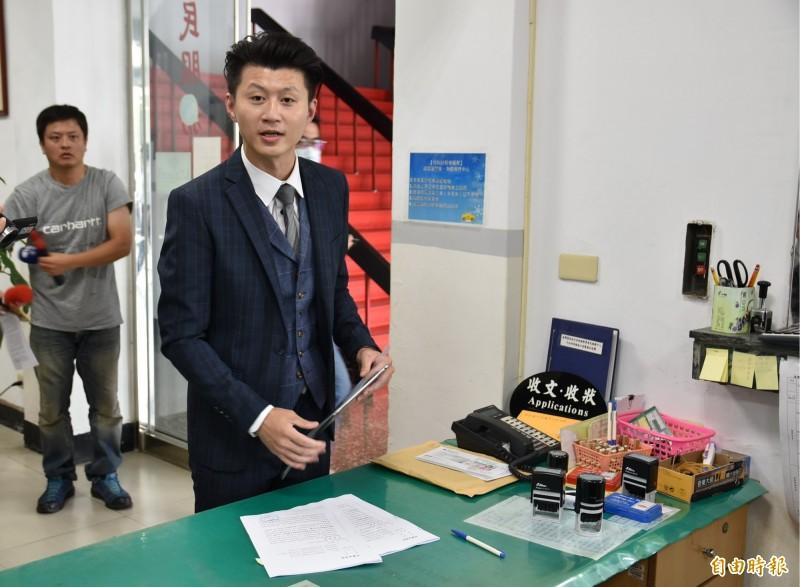 高雄市長韓國瑜妻子李佳芬今天委託律師郭羿廷控告洪耀南、鄭佩芬及吳佩蓉3名嘴加重誹謗。(記者黃淑莉攝)