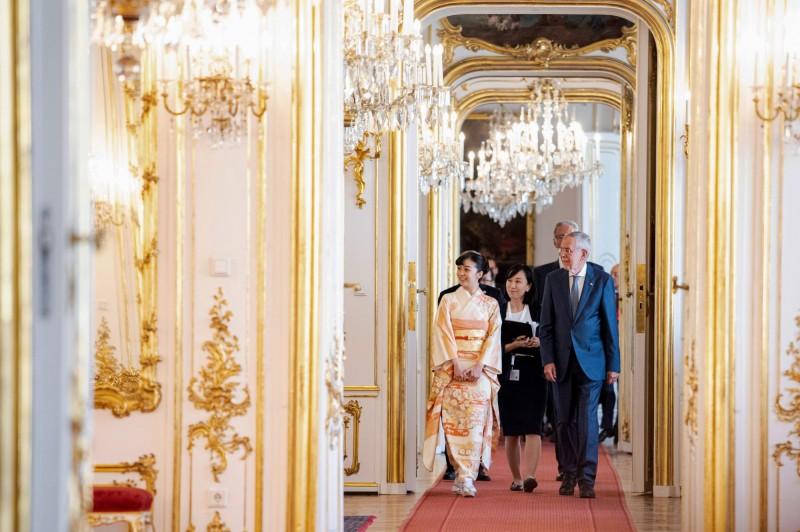 日本秋篠宮文仁親王的二女兒佳子公主,15日正式出訪奧地利維也納,拜會奧國總統范德貝倫,今日出席為了慶祝日奧兩國建交150週年的紀念活動。(法新)