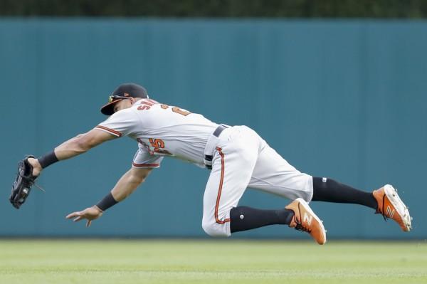 MLB》金鶯外野手秀五星級飛撲美技  主播興奮到「破音」(影音)