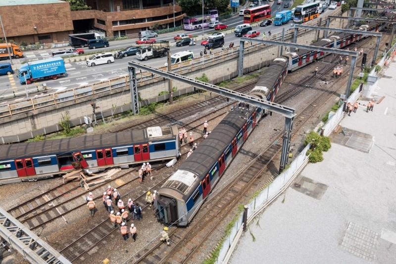 港鐵今早出軌釀8傷 事故現場路軌發現斷裂