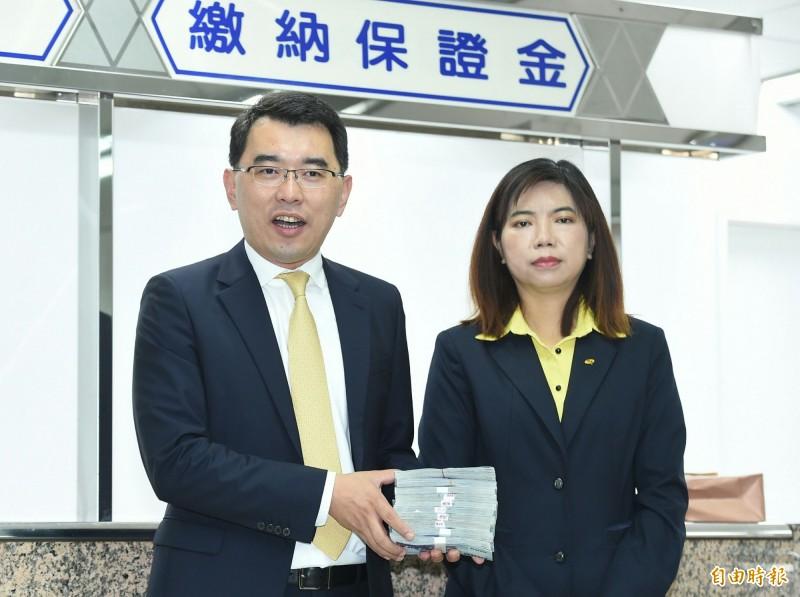 新黨籍總統參選人楊世光與副手搭檔陳麗玲。(記者廖振輝攝)