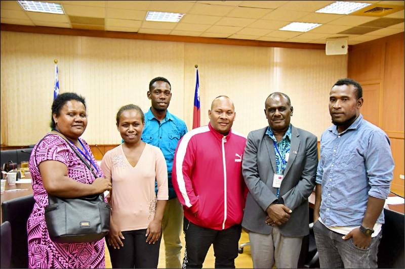 索羅門外交部長馬內列(右二)上週到屏科大參訪,與索國在台留學生會面。(記者邱芷柔翻攝)