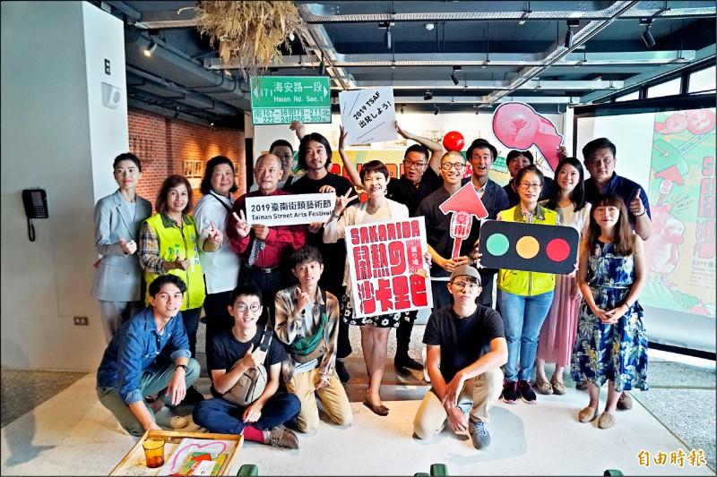 「台南街頭藝術節」有近40團隊,連3天在海安路周邊鬧熱演出。(記者劉婉君攝)