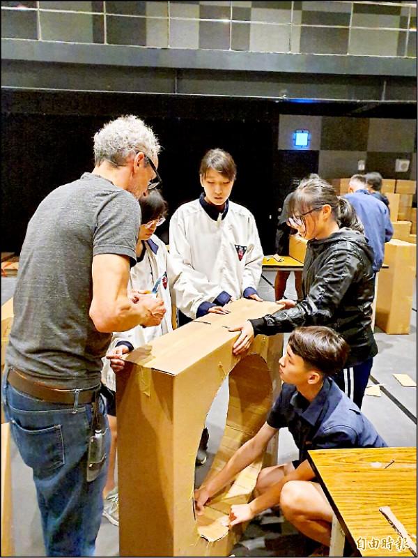 法國藝術家奧立佛.古斯特(左)帶領參加工作坊的學生一起裁製《全民烏托邦》的零件。(記者劉婉君攝)