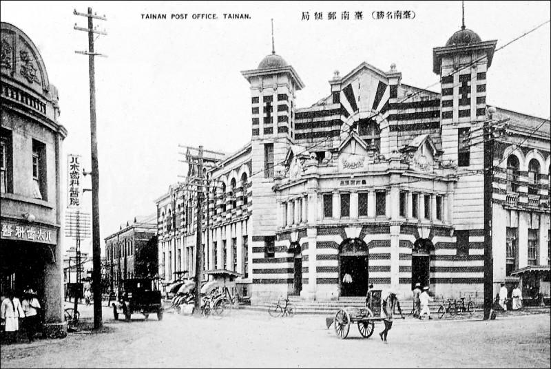 奧立佛.古斯特參考已消失的台南郵便局,帶領民眾一同為台南街頭藝術節現地創作。 (財團法人台南市文化基金會提供)