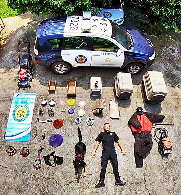 台中市警局警犬隊的開箱文與眾不同,最令人好奇的是左上的割草機。(記者張瑞楨翻攝)