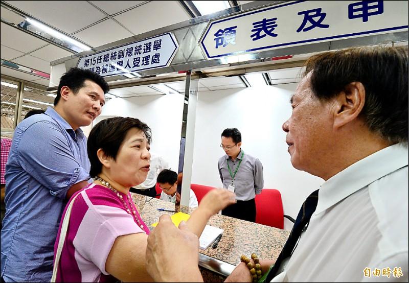 前立委黃文玲昨到中選會,宣稱要幫台北市長柯文哲領表登記參選總統遭拒。(記者王藝菘攝)