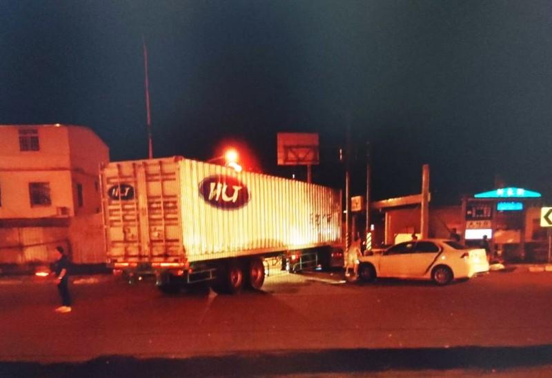 聯結車與轎車發生碰撞。(記者彭健禮翻攝)