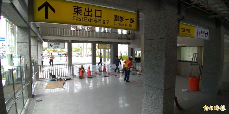 臺鐵花蓮站二期新的出口明天將啟用,目前工程人員進行扎道口切換工程。(記者王錦義攝)