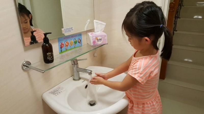 苗栗縣政府衛生局呼籲,師長除加強環境通風外,也務必讓學童落實勤加洗手的習慣,避免疫情擴散。(記者鄭名翔翻攝)