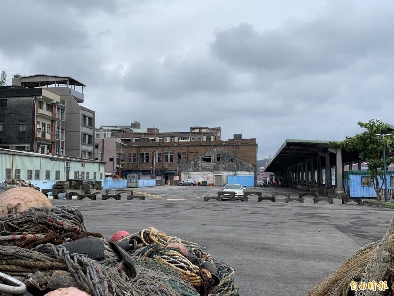 正濱舊漁會大樓旁的停車場,記次停車只要30元,走到彩色屋也很近,非常划算。(記者林欣漢攝)