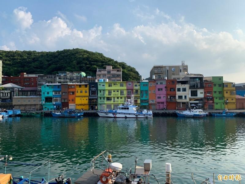 基隆正濱漁港彩色屋去年完成彩繪以來,「台版威尼斯」的繽紛美景每逢假日吸引大量遊客造訪。(記者林欣漢攝)