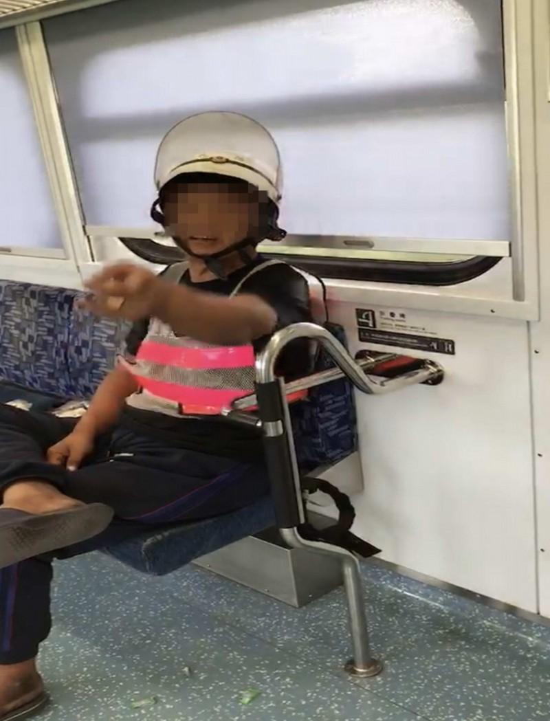 昨天大鬧台鐵車廂的男子,今天又出現在彰化區間列車上,對著列車長不斷飆五字經。(記者湯世名翻攝)