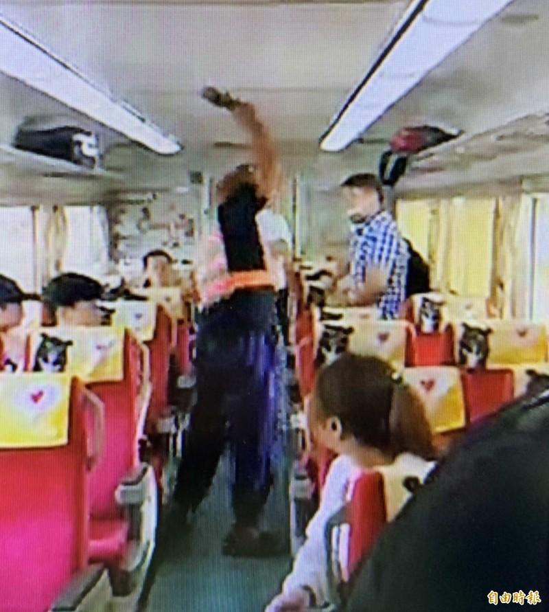 男子昨天大鬧台鐵車廂,情緒激動的摔東西。(記者湯世名翻攝)