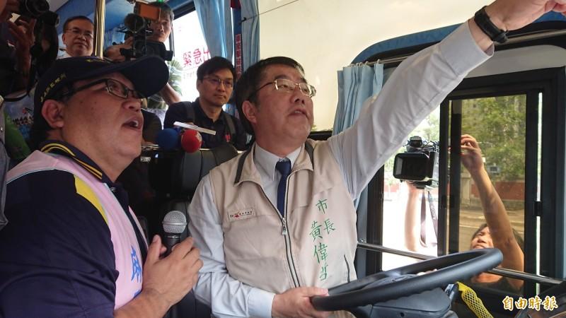 台南市長黃偉哲坐在駕駛座體驗開大型車視野。(記者洪瑞琴攝)