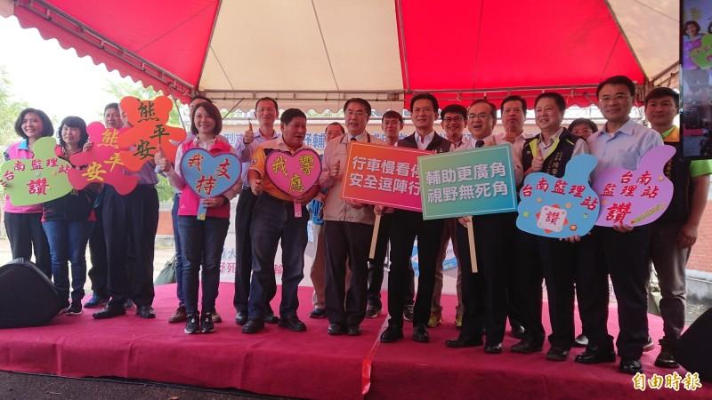 台南市政府與台南監理站合作宣導推廣大型車加裝視野輔助系統,有補助又安全。(記者洪瑞琴攝)