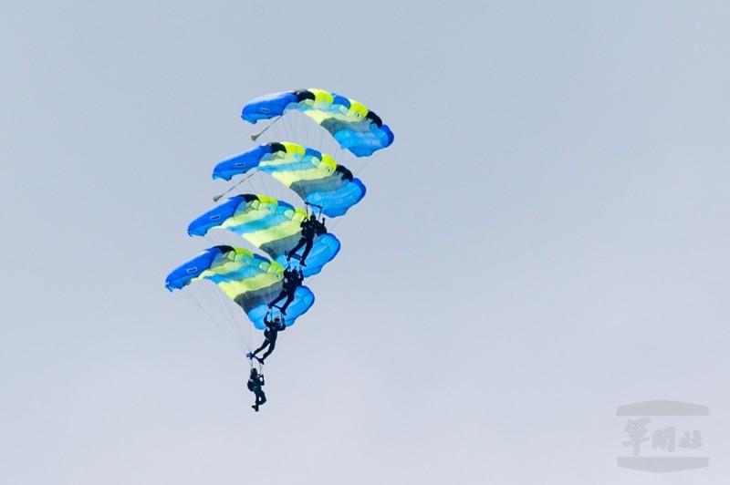 陸軍航特部神龍小組今日表演多人疊傘,最多曾高達六人。(軍聞社)