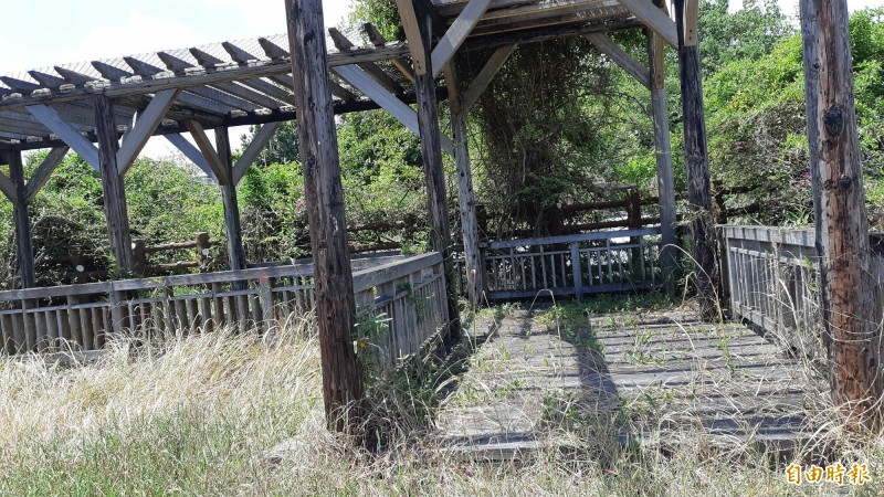 台東水利公園的花台涼亭殘破,長滿雜草。(記者黃明堂攝)
