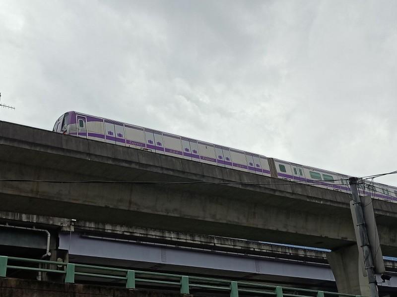 桃園機場捷運列車卡在軌道上。(記者周敏鴻翻攝)