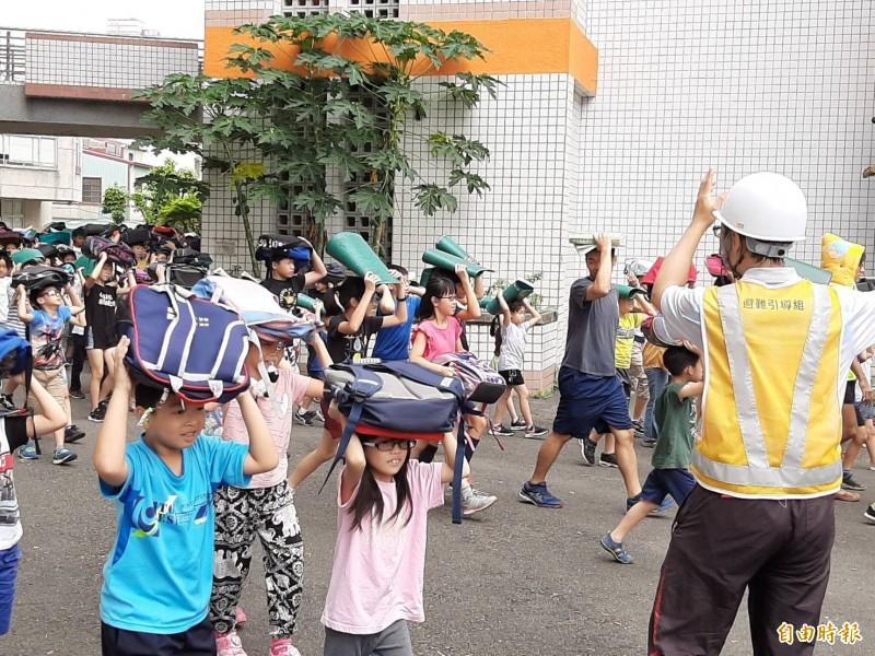 921震災20週年前夕,學童模擬地震發生後的災害防救演練。(記者劉婉君攝)
