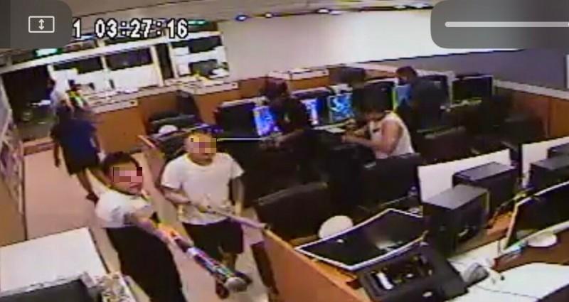 新竹縣26歲鄭姓男子(立者左)本月11日凌晨跟另名男子(立者右)分持棒球棒進入被害網咖砸店,嚇得現場客人紛紛起身閃避。(記者黃美珠翻攝)