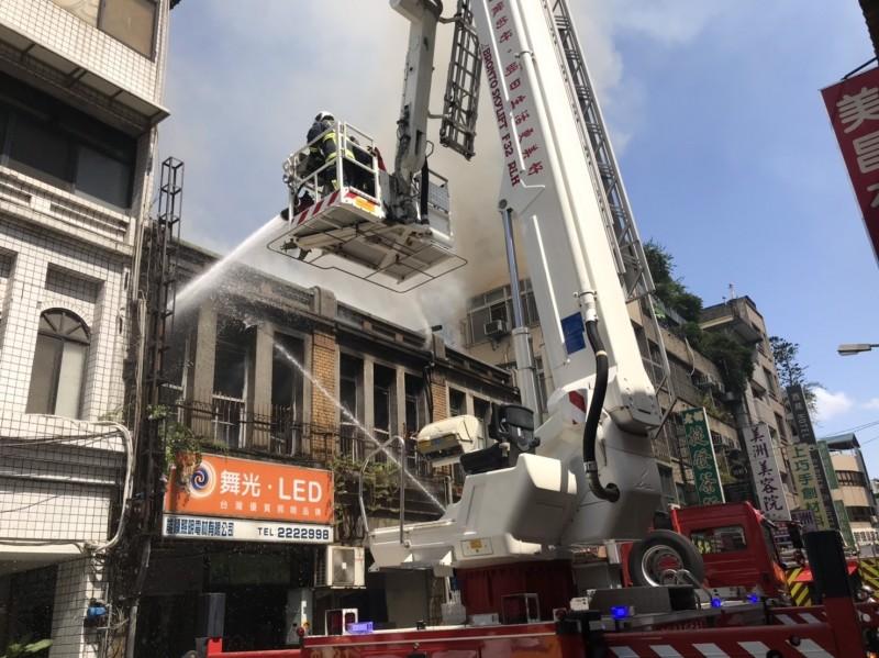 張溫鷹的老家發生火警,延燒隔壁兩棟民宅。(消防局提供)